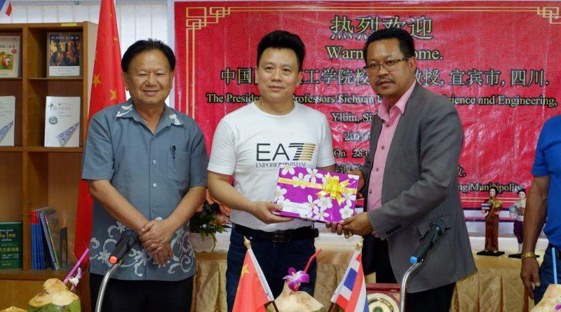ต้อนรับอธิการบดีและคณาจารย์จากมหาวิทยาลัยวิทยาศาสตร์และวิศวกรรมแห่งเสฉวน เมืองยี่ปิน ประเทศจีน เยี่ยมชมศูนย์แลกเปลี่ยนวัฒนธรรมไทย – จีน ยี่ปิ่นทุ่งสง